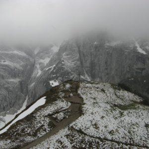Kleines Gipfelkreuz oberhalb des Stripsenjochhaus