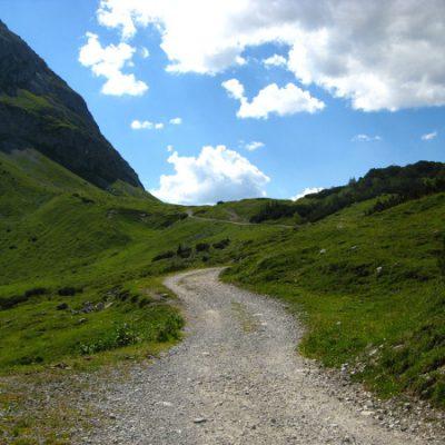 Hügel für Hügel schlängelt sich der Weg entlang