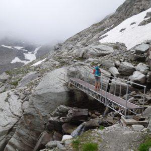 Eine Brücke hilft beim Gletscherbach