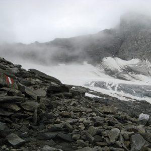 Mystische zum teil schneeige Gerölllandschaft