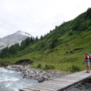 Wir überqueren immer wieder den Bach und wandern stetig bergauf