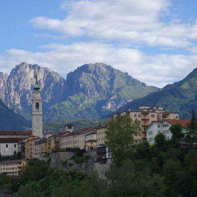 Belluno mit Dolomiten im Hintergrund