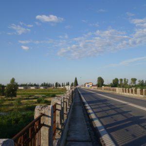 Los geht's über die Brücke