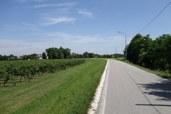 Die Straße vor San Bartolomeo