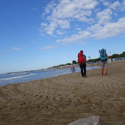 2muve wandernd am Strand