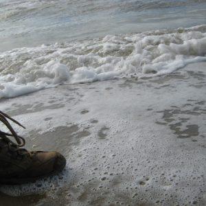 Mit Wanderschuhen am Strand